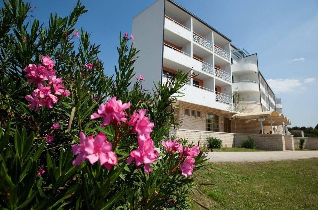 Posebna ponuda: Sveti Filip i Jakov, hotel Alba 3*